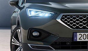 SEAT Tarraco XCELLENCE, der Grossraum-SUV mit eingeschaltetem Aussenspiegellicht