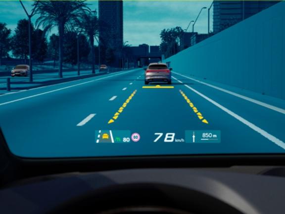 Ein Head-up-Display mit Augmented-Reality-Technologie bietet ein immersives Fahrerlebnis.