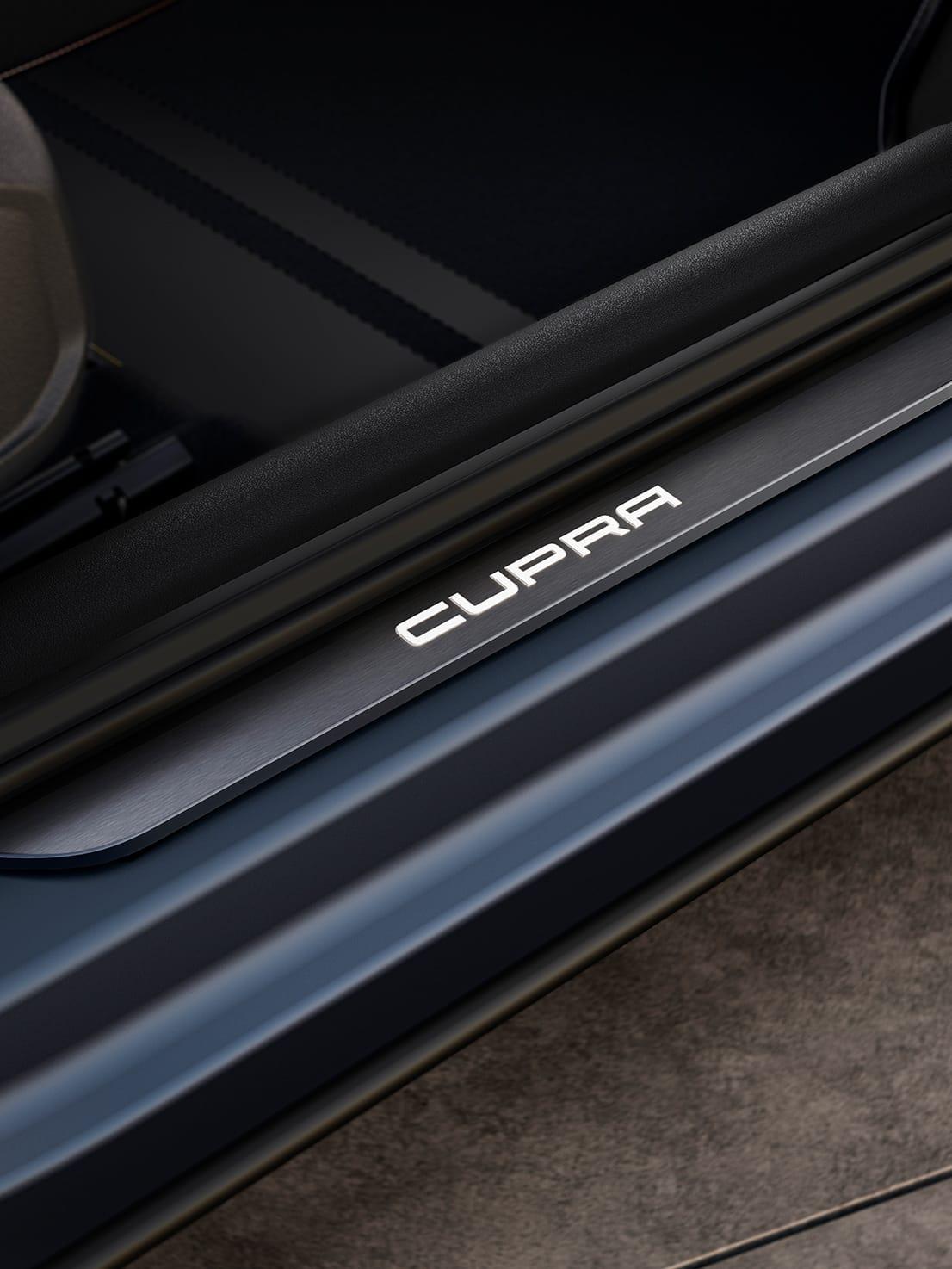 neuer cupra formentor kompakt-suv mit beleuchteten cupra details auf den einstiegsleisten