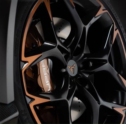 Gefräste 20-Zoll-Leichtmetallräder in Kupfer und 6-Kolben-Bremsen von AKEBONO.
