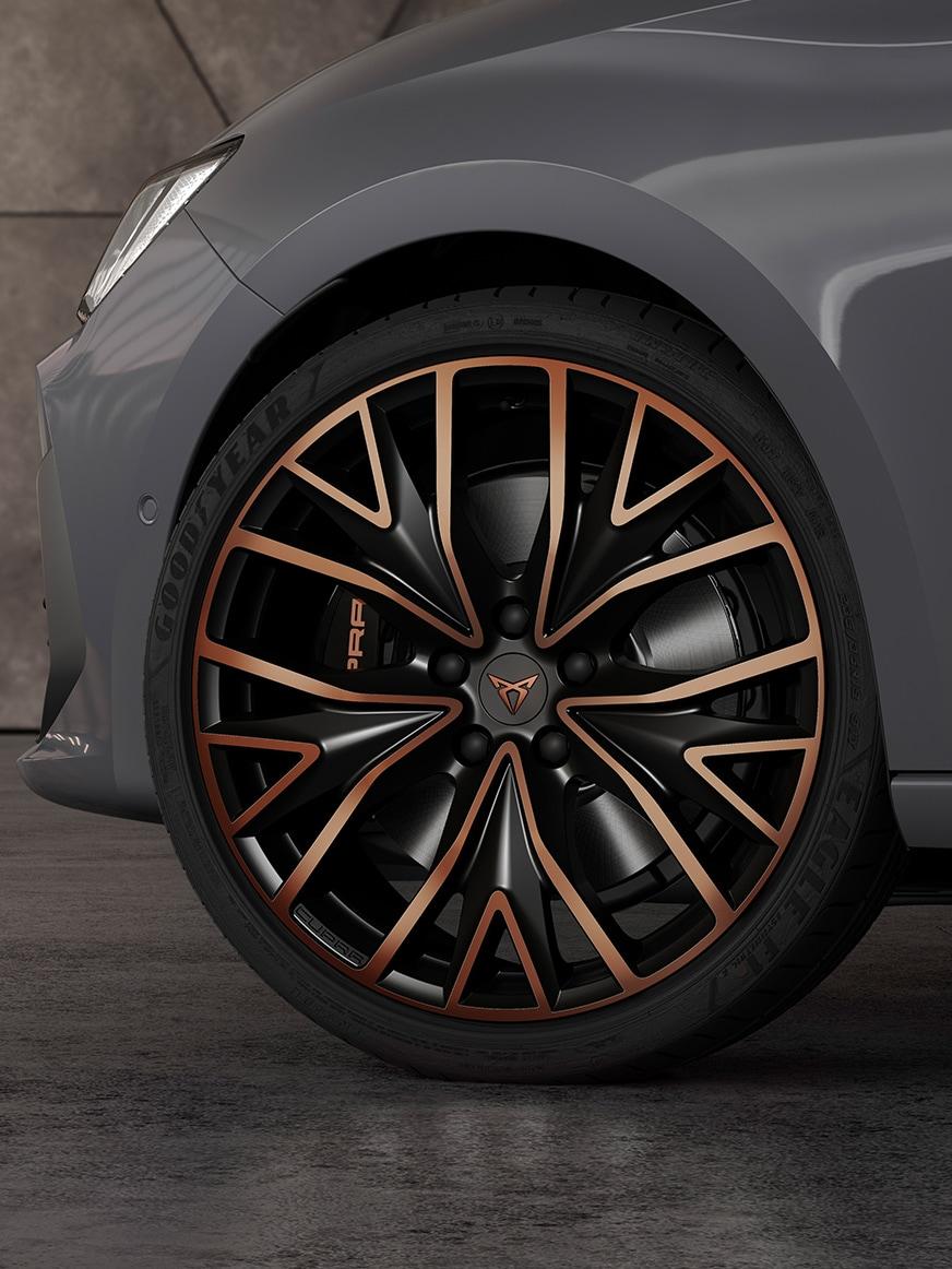 """19""""-Leichtmetallräder des neuen CUPRA Leon Sportstourer eHybrid Familiensportwagens in Graphene Grey"""
