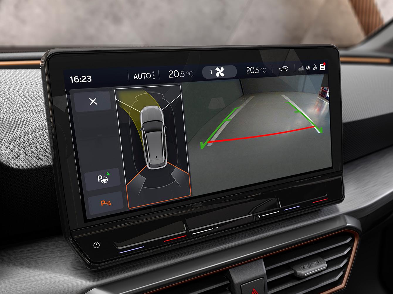 Neuer CUPRA Leon Sportstourer eHybrid Familiensportwagen, Innenraumansicht mit Park Assist-Feature für autonomes Parkieren