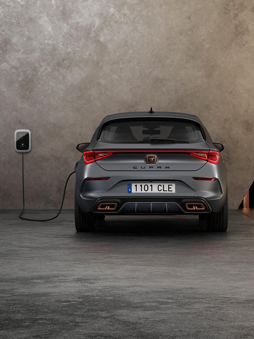 nouvelle CUPRA Leon ehybrid technologie magnétique matte voiture de sport compacte vue arrière en charge