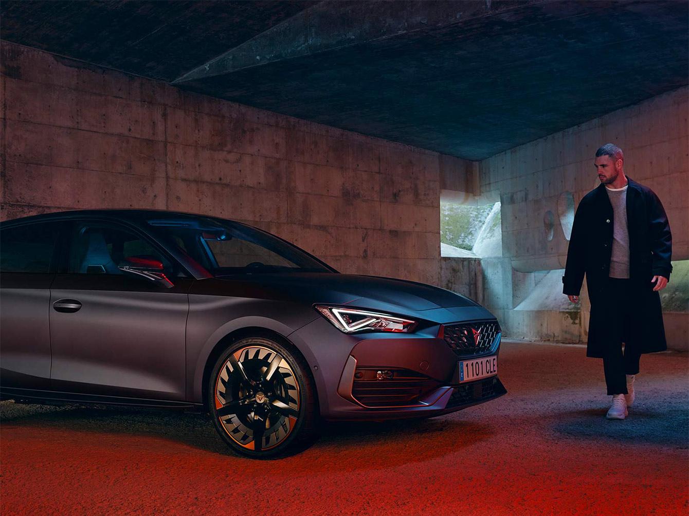 Neuer CUPRA Leon eHybrid Fünftürer Magnetic Tech Matt Kompaktsportwagen seitliche Vorderansicht Laden