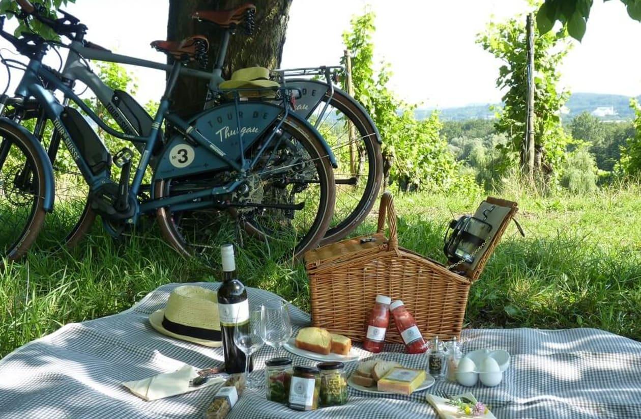 zwei Velo am Rebberb mit Picknickkorb