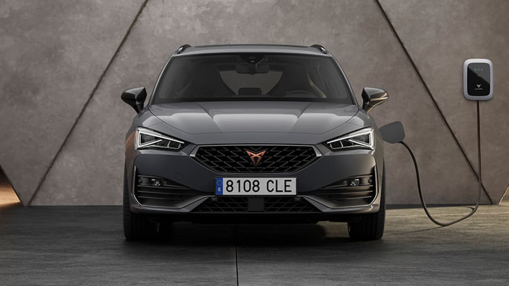 new-cupra-leon-sportstourer-ehybrid-family-sports-car-in-rodium-grey-front-view-charging