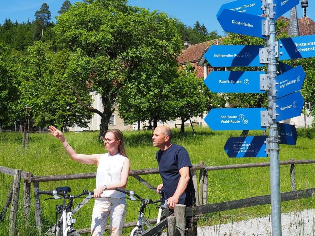 Zwei Velofahrer mit Fahrrad planen die Veloroute